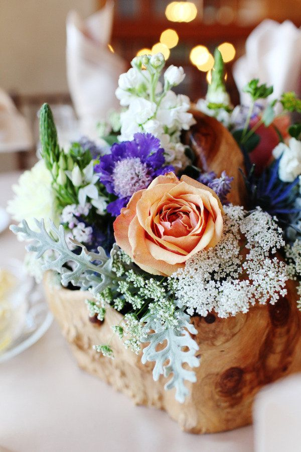 A Sweet & Naturally Inspired Centerpiece at this Della Terra Mountain Chateau Wedding. Photography by Jenna Walker Photography, Floral Design by Plum Sage Flowers, Wedding Planning by Calluna Events