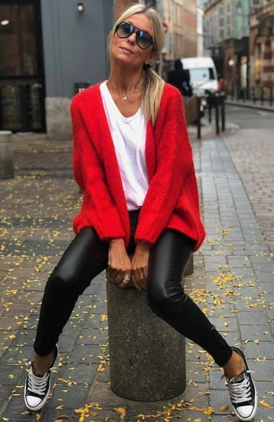 Photo of Leggings piel, camiseta blanca, chaqueta roja og alle stjerner
