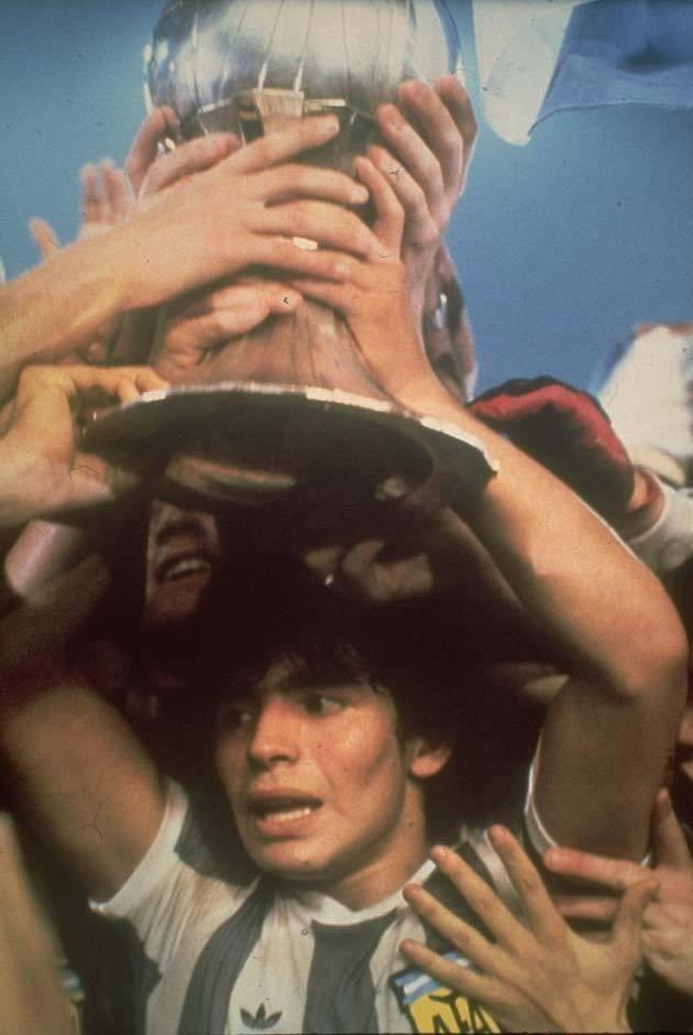 Oldfootballphotos On Twitter Diego Maradona Football Images Soccer Trophy