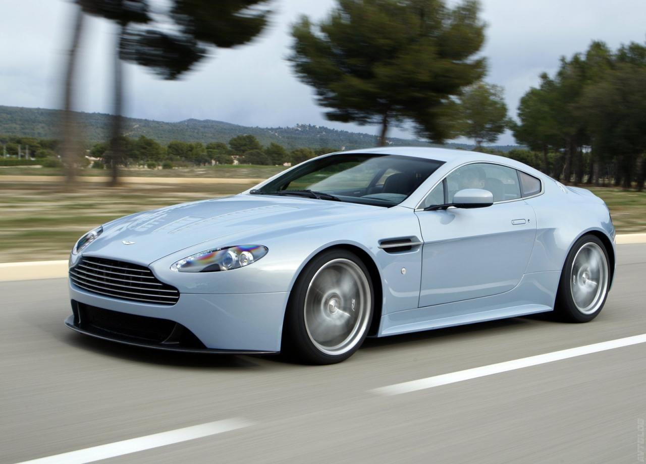 Динамичный 2015 Aston Martin V12 Vantage S Roadster