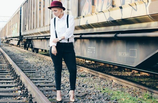 Sinah von @Petiteloves2blog und wir lieben ihr Outfit zum Thema Dandy-Style. Schöne Umsetzung mit unserem herbstlichen Loevenich Bowler in vino. Vielen lieben Dank für das schöne Bild!