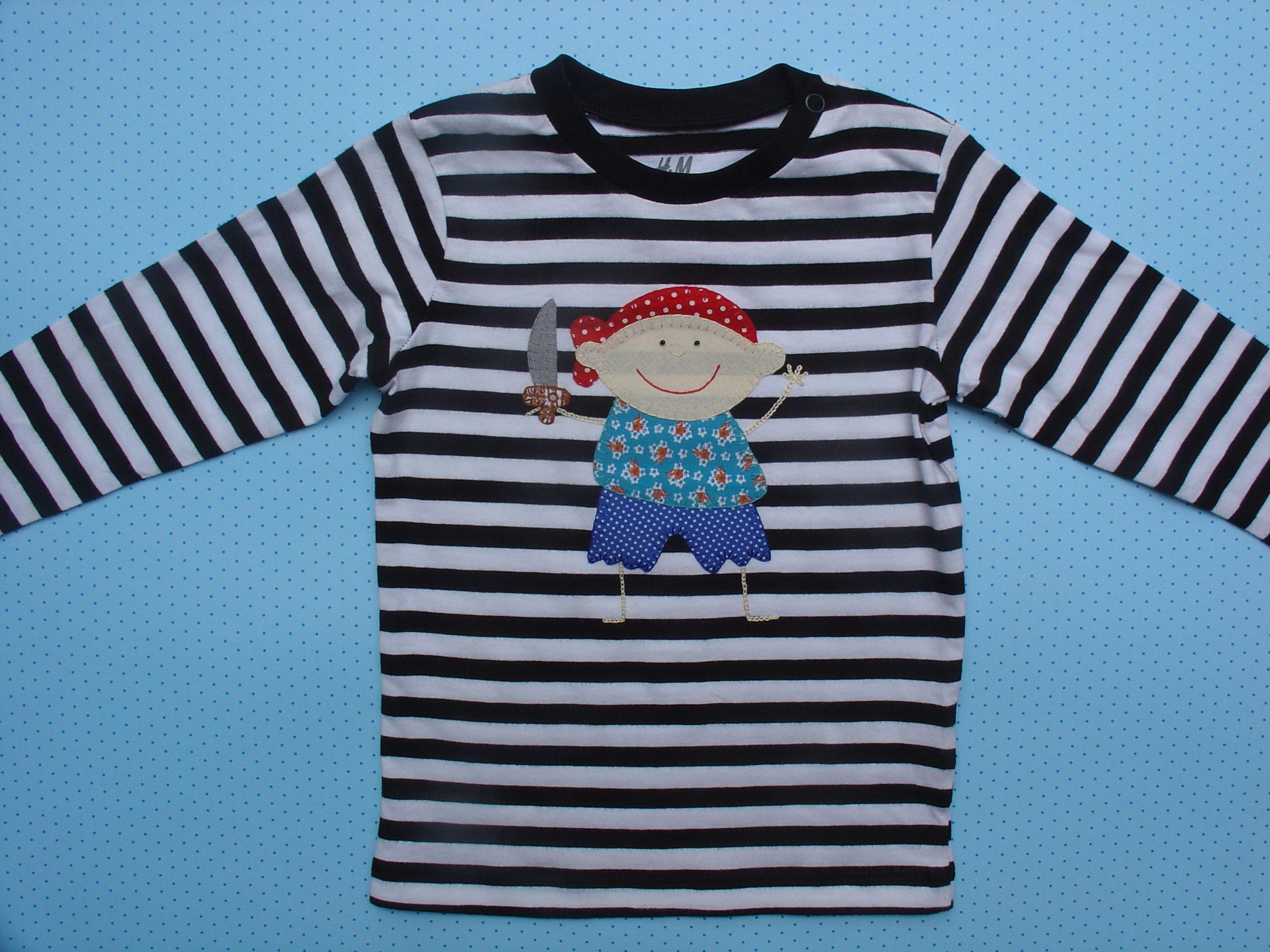 Camiseta A Rayas Blancas Y Negras Con Nino Pirata De Aplicaciones