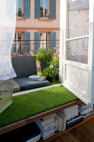 decoration maison balcon amenager avec gazon artificiel