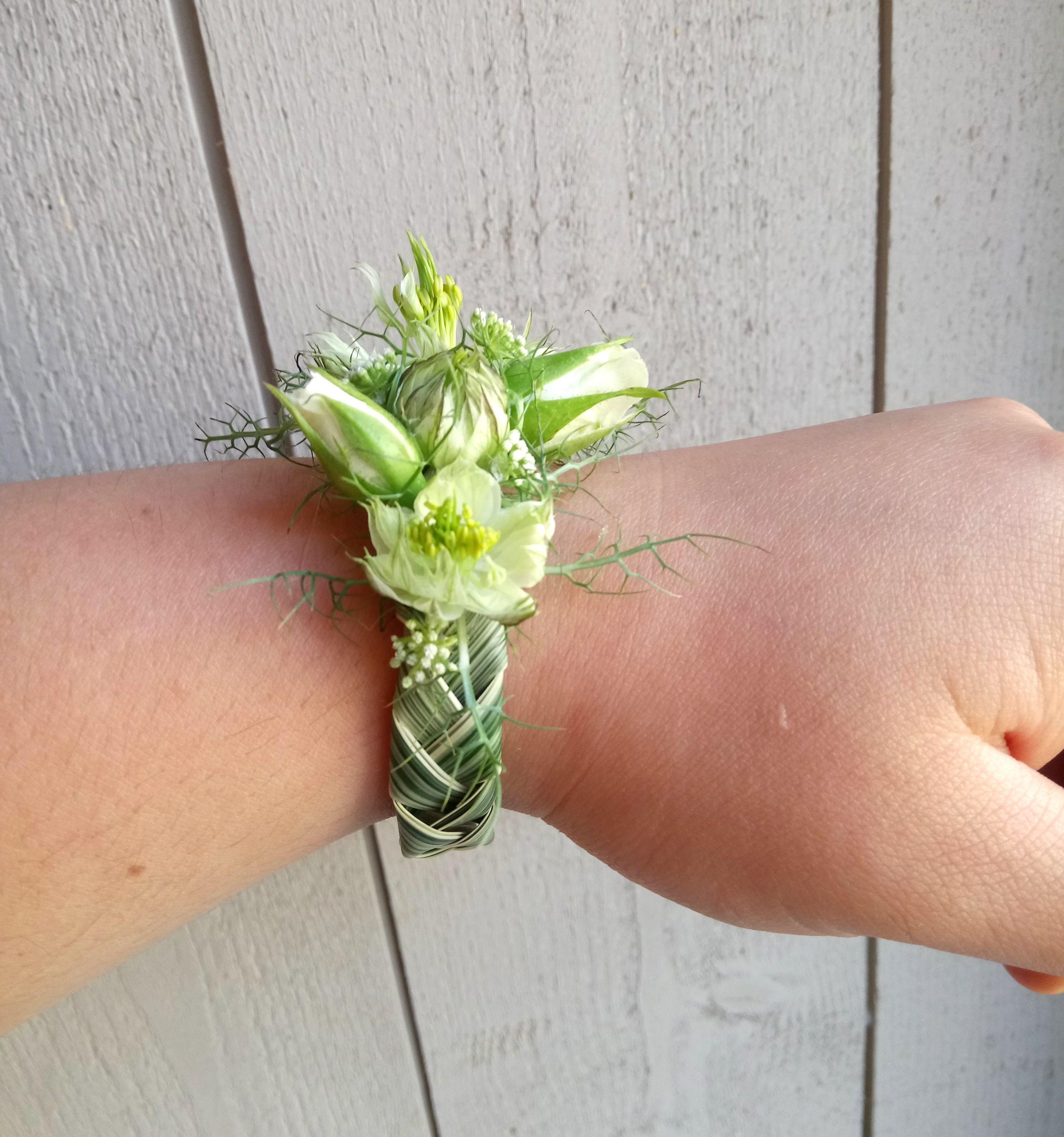 bracelet de fleurs blanches mariage passiflore artisan fleuriste frontonas en 2019 floral. Black Bedroom Furniture Sets. Home Design Ideas