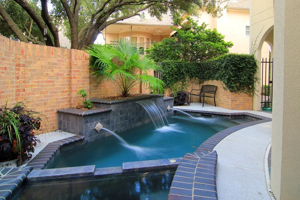 Cocktail pool and spa with water features water for Water pool design