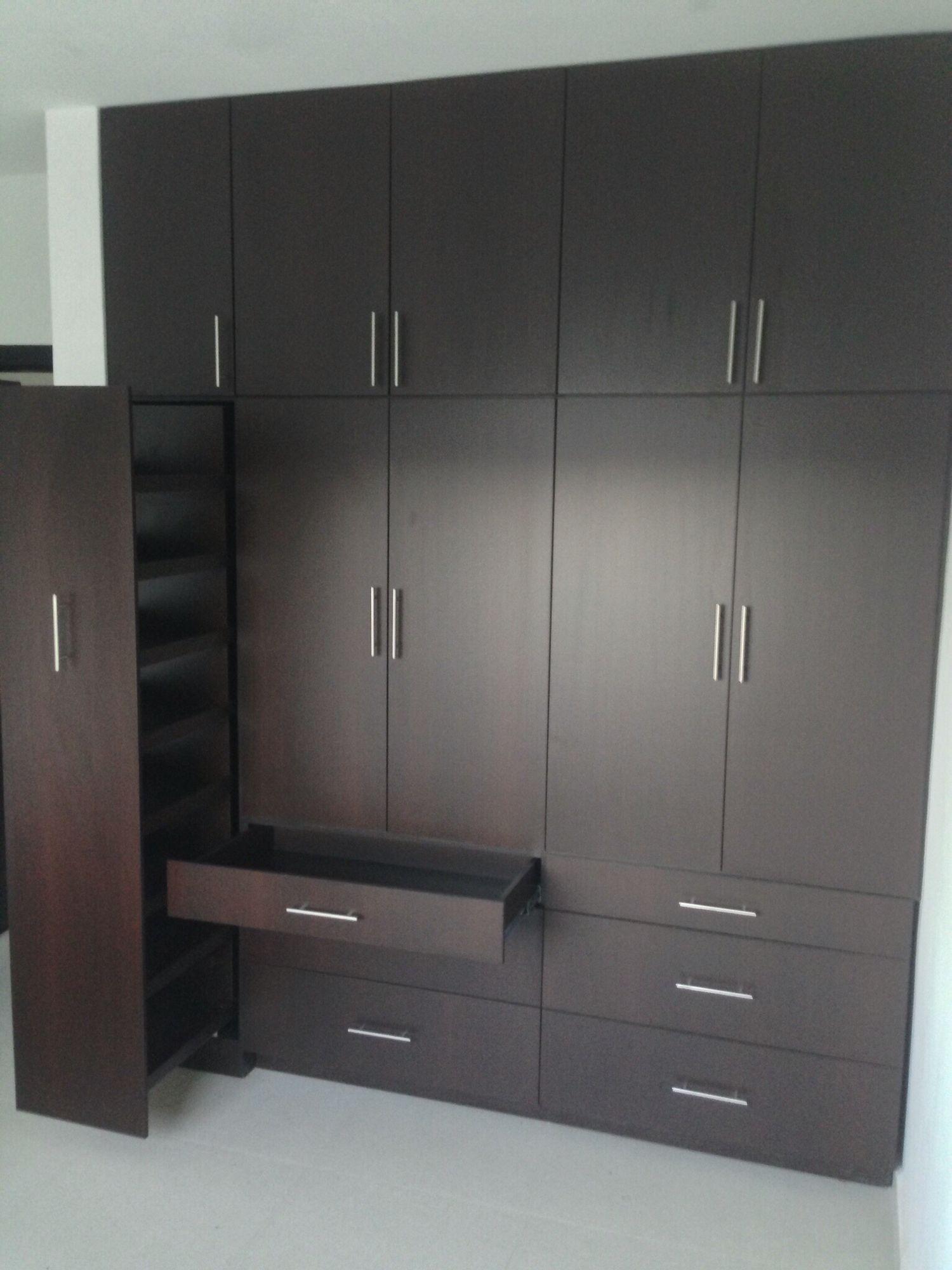Closet con zapatera y cajones bajos de puertas abatibles for Closet modernos con zapatera