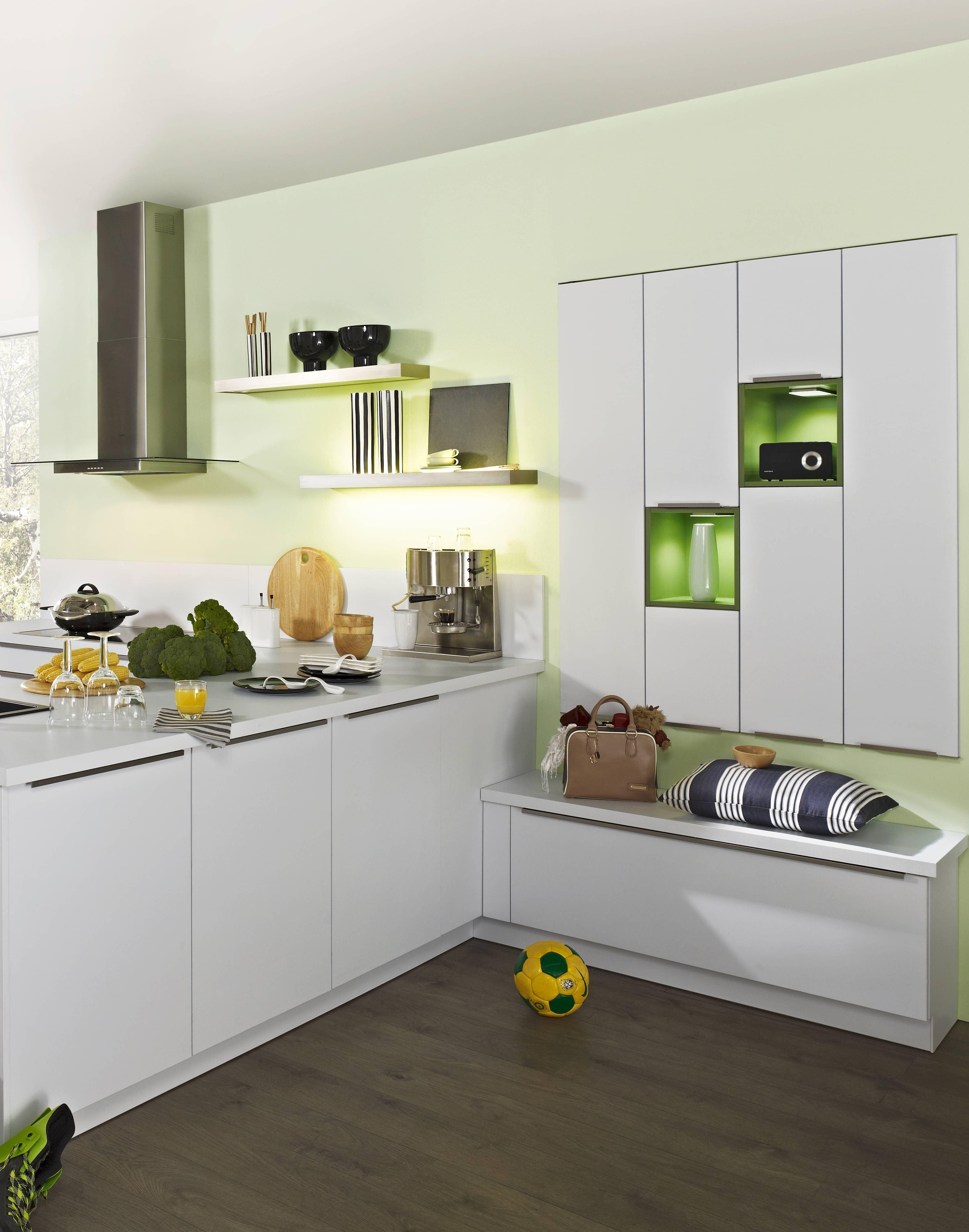 Sie sehen hier eine elegante Designküche in Tresenform mit