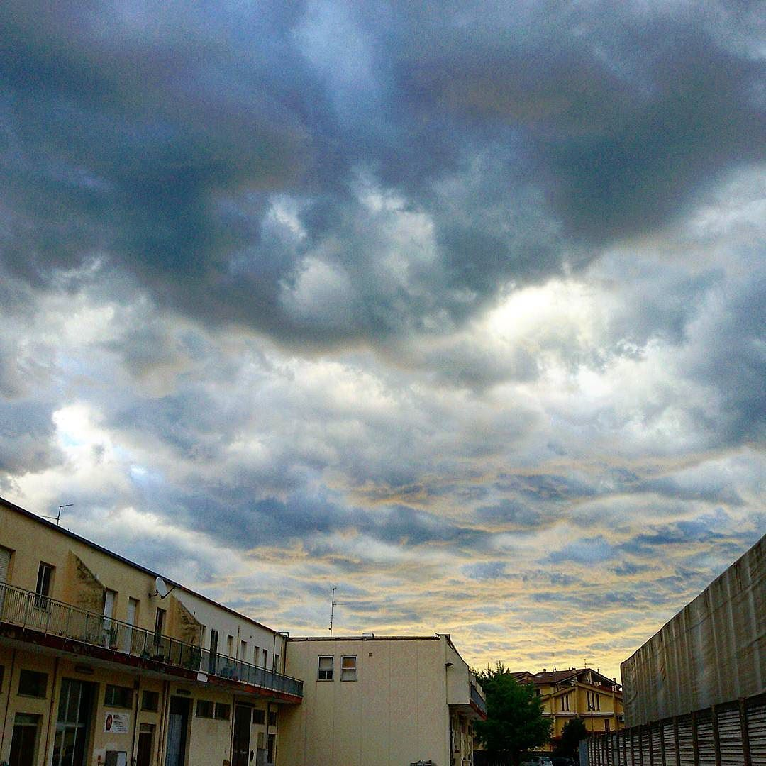 Sì  prepara per il week end #nuvole #pioggia #temporale #rimini #vivorimini #comunedirimini. #igerimi by silvergg67