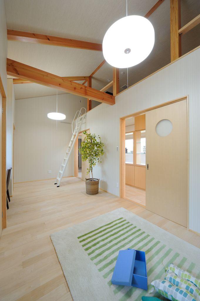 K K House 勾配天井を利用した子供室のロフト フローリングは無塗装