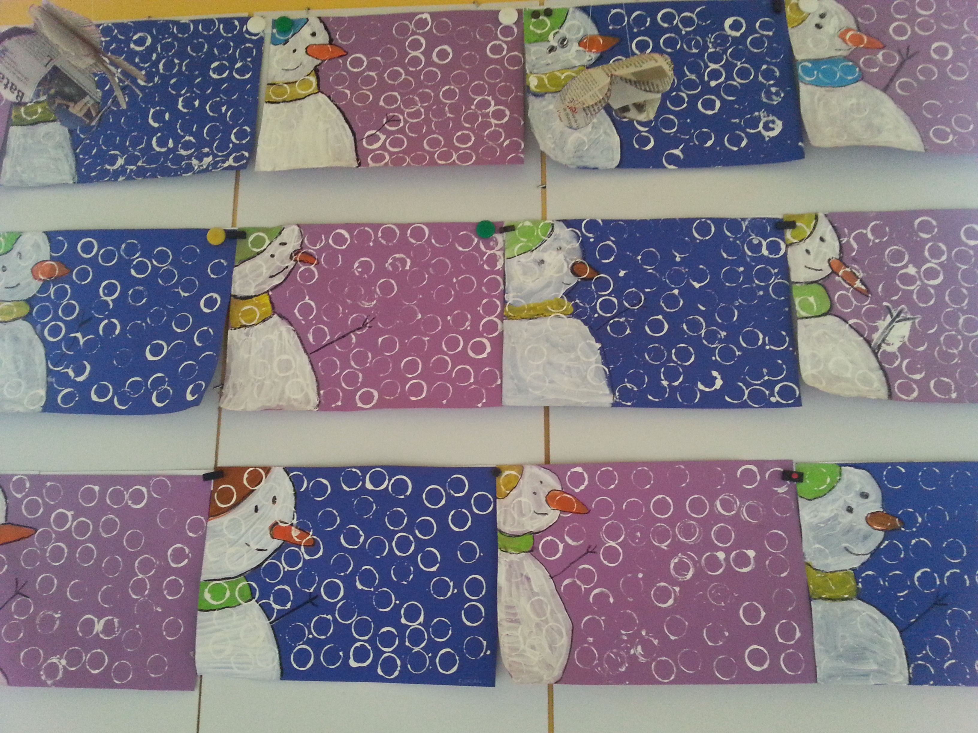 Bonhommes de neige peinture craie grasse empreintes de bouchons plastiques r alisations - Pinterest bonhomme de neige ...