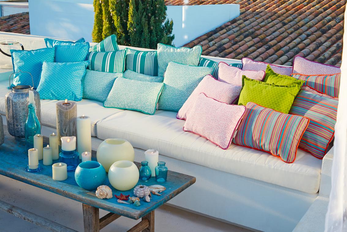 Combina Los Cojines Del Modo Que Más Te Guste Diferentes Formas Colores Estampados Como En El Salón De Casa L Salón De Casa Decoración De Unas Terraza