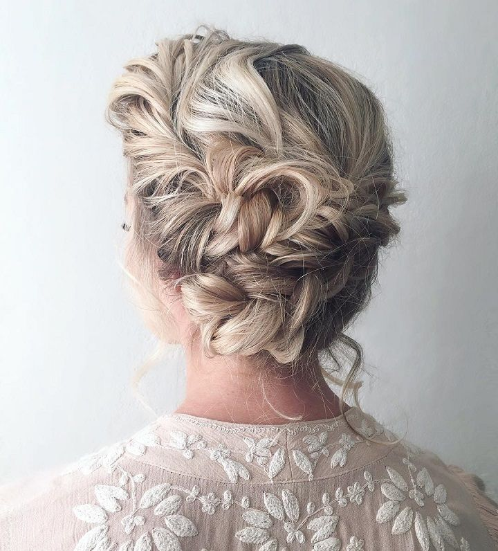 Beautiful boho braid updo wedding hairstyle #weddinghair #bridalhair #hairstyle #bohobraid #weddinghairstyle #knottedbraid #updos #upohair