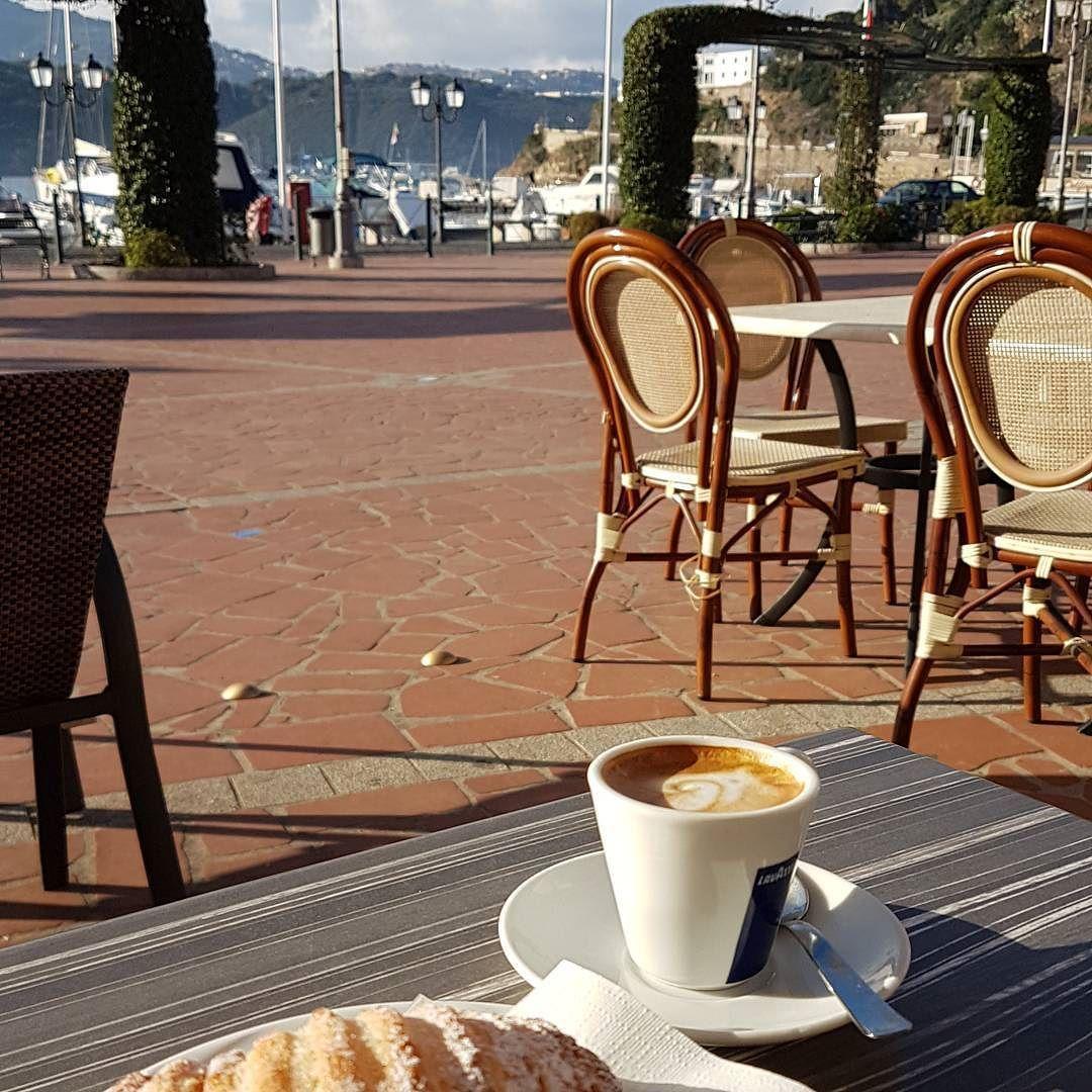 Buongiorno dalla piazza di #portoazzurro chi vuole un caffè?  Continuate a taggare le vostre foto con #isoladelbaapp il tag delle vostre vacanze all'#isoladelba Visita http://ift.tt/1NHxzN3