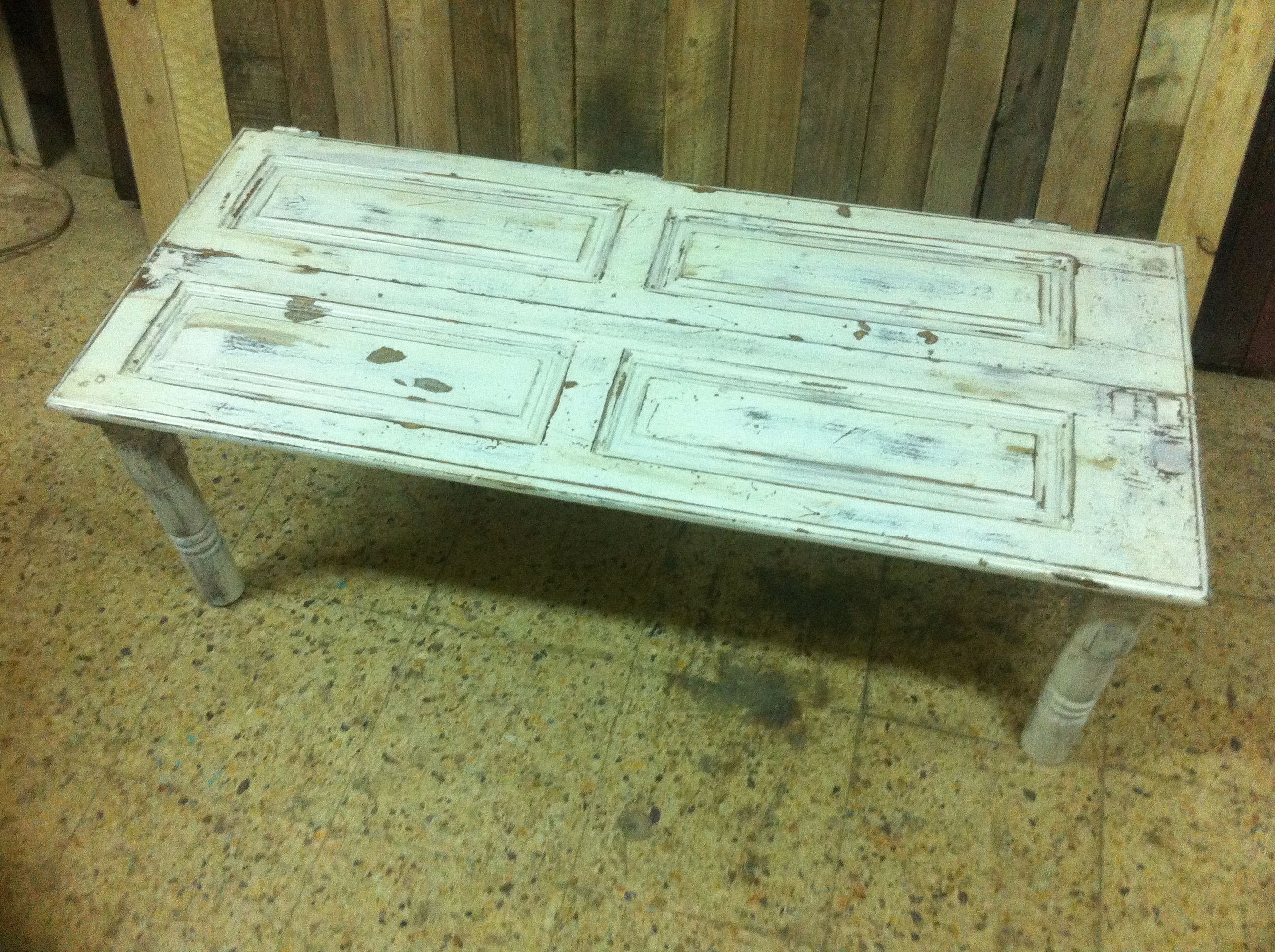 mesa fabricada con antigua puerta de ventana