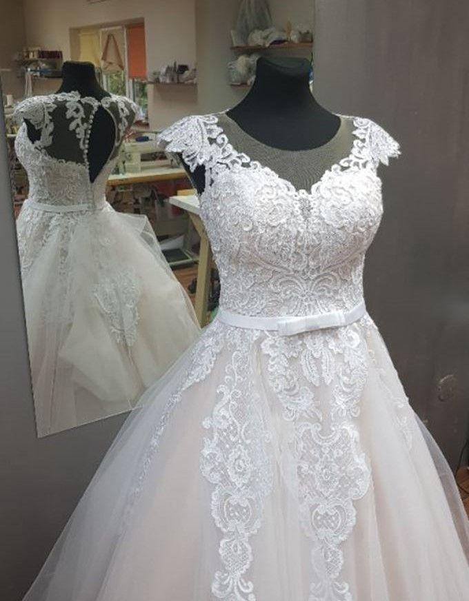 085c9f622b7f Krásne vypracovaný čipkovaný vŕšok prechádzajúci do bohatej sukne s jemnou  vlečkou