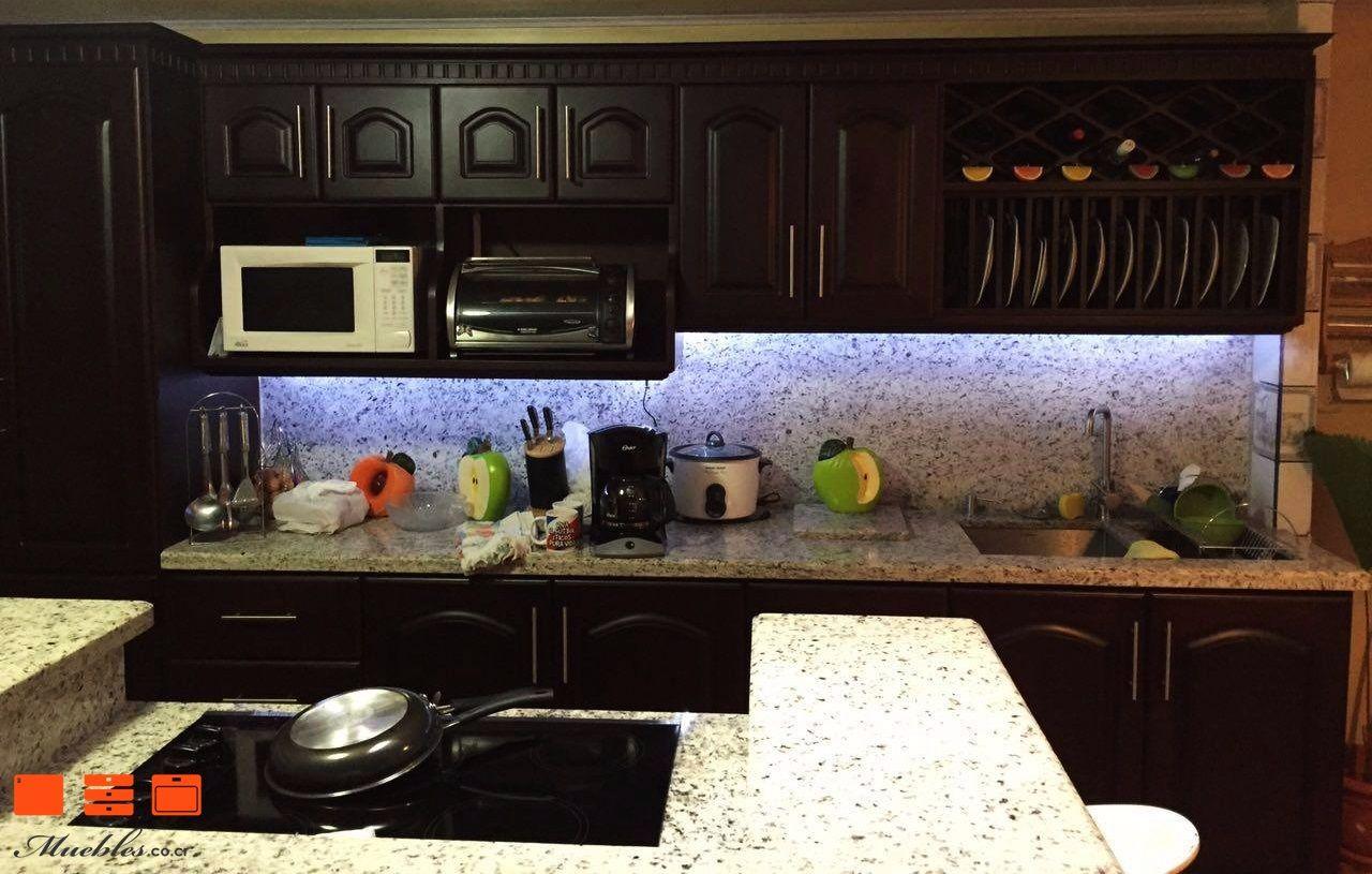 Hermoso mueble de cocina con isla de doble nivel y plantilla ...