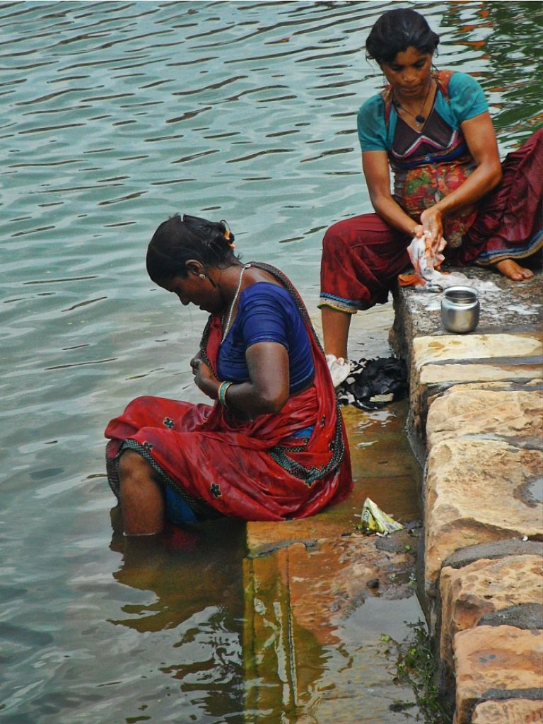 bathing fully clothed on the ghats indias women