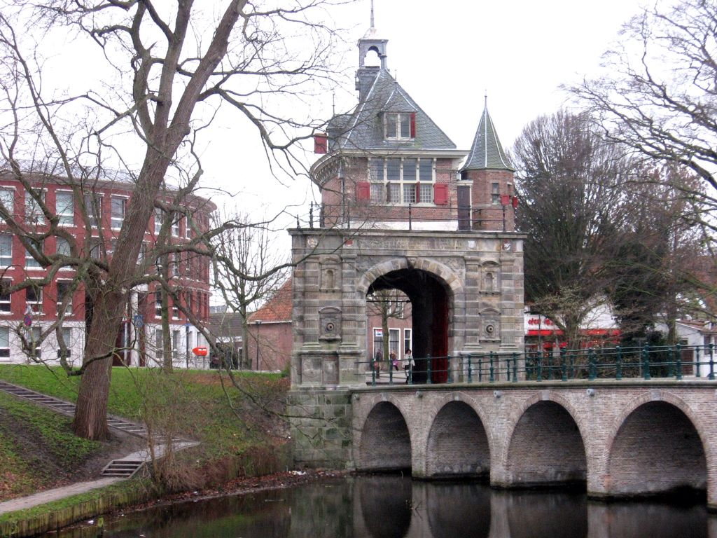 De Oosterpoort Is De Enig Overgebleven Stadspoort Van Hoorn Aan De Draafsingel Rondom De Binnenstad De Toren Werd In Boogbrug Smeedijzeren Hekken Nederland