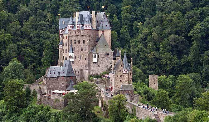 Traveling Germany Landmark Eltz Castle German Burg Eltz Is A Medieval Castle Nestled In The Hills Above T Deutschland Burgen Burg Mittelalterliche Burg