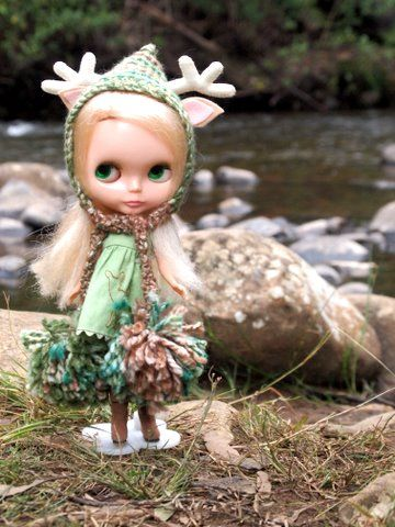 Blythe doll, checking out the countryside