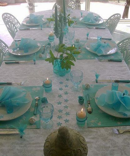 Table Decoration With Flowers And Feathers In White And Turquoise Colors Turquoise Table Turquoise Decor Table Decorations