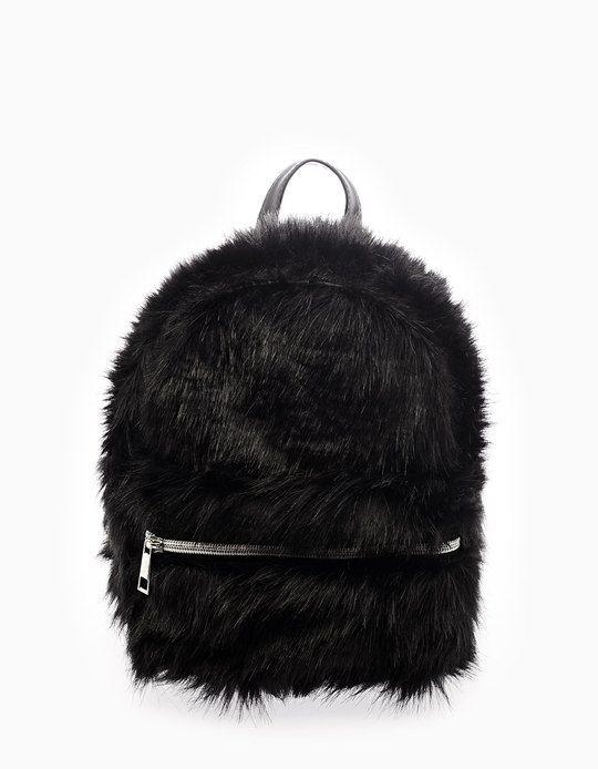 e201e4ec71c7 В Stradivarius вы найдете 1 Мини-рюкзак с эффектом меха для женщин по цене  всего