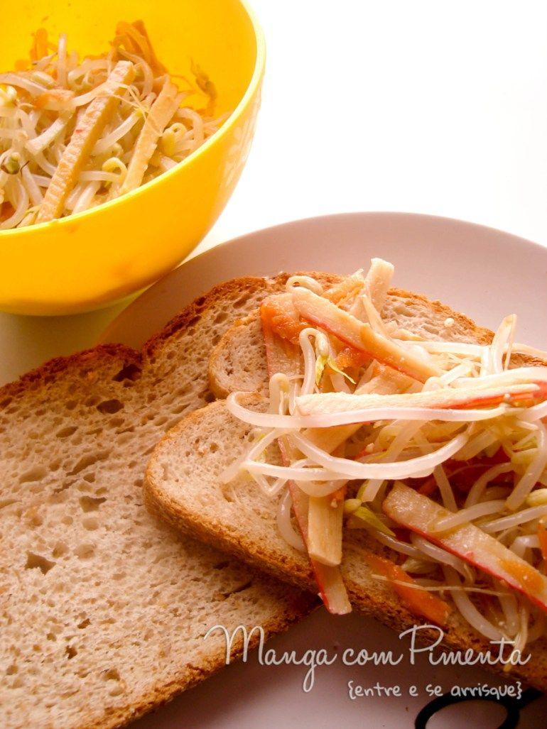 Sanduíche de Kani-Kama com Broto de Feijão, perfeito para quem está fazendo regime. Clique na imagem para ver a receita no Manga com Pimenta