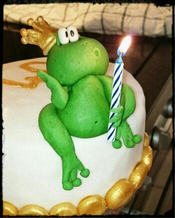 Ist er nicht herzallerliebst mein Froschkönig? Ihn habe ich zum 40. Geburtstag einer Freundin modelliert. Im inneren befindet sich Wunderkuchen mit Erdbeermilch gefüllt mit Swiss Meringue Buttercre…