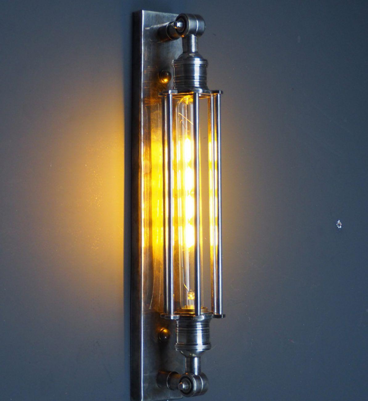 L'applique Tube est une lampe à l'esprit vintage, doté d'un