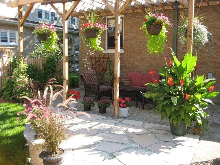 jardin con prgola de madera con macetas colgando