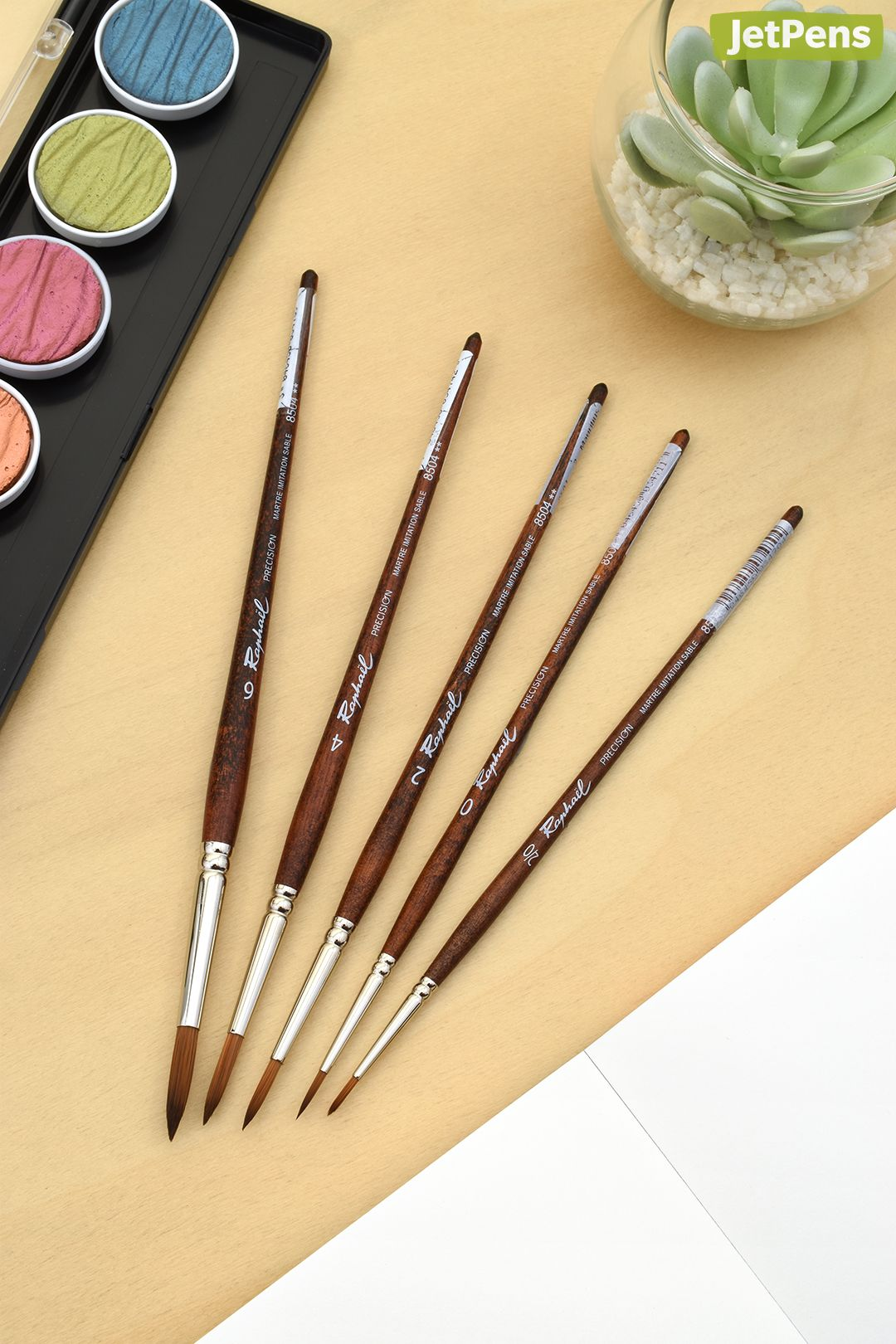 Made with synthetic bristles that imitate the precise