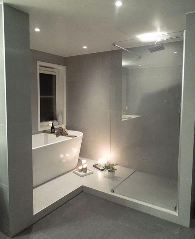 Här är en unik och underbar planlösning hur man på ett snyggt sätt får till  badkar och dusch! Foto   frutanem. 9b2fd896de1af