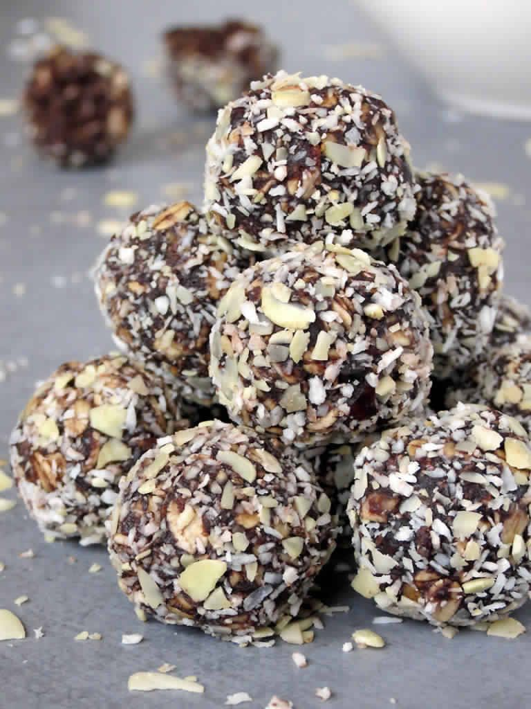 CHOCOLATE is great, but it's even more AMAZING when topped with honey and coconut oil ! #chocolate RECIPE: http://www.theshinywoman.com/…/healthy-no-bake-chocolate-e…/