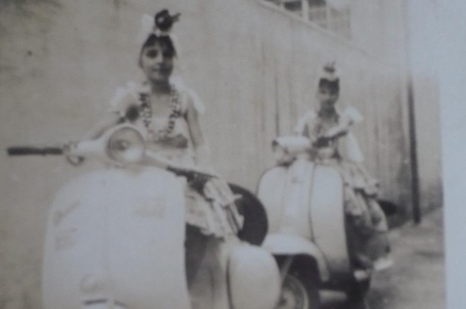Paixão desde criança eu e minha prima fantasiadas para o carnaval! Vespa anos 50....58