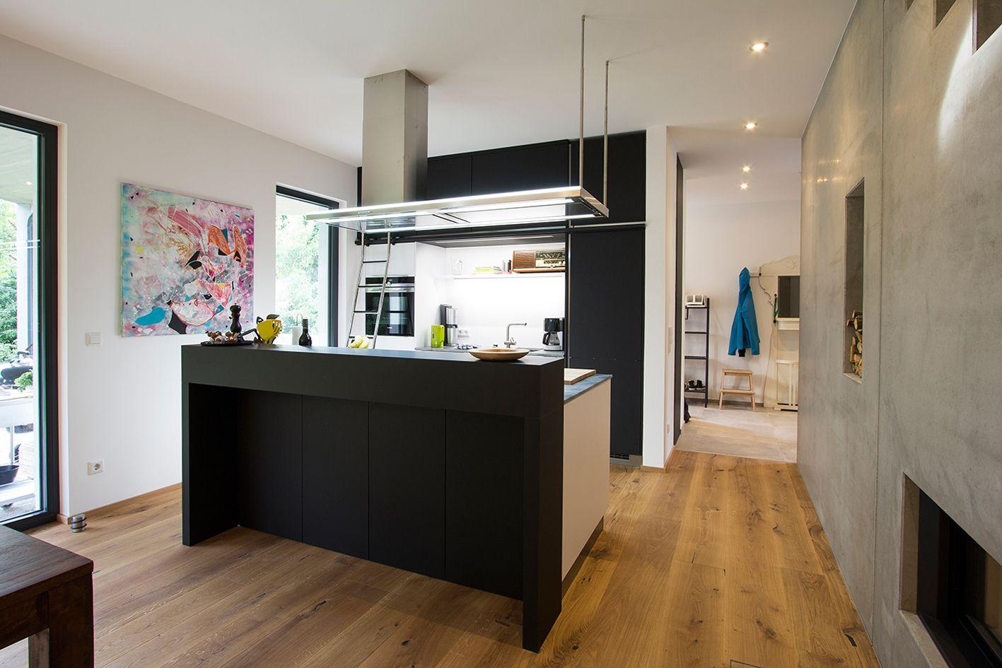 moderne wohnk che mit schwarzer kochinsel und schwarzen fronten material fenix planung und. Black Bedroom Furniture Sets. Home Design Ideas