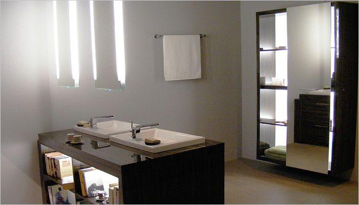 Goedkoop Badkamer Kruk : Vrijstaand badkamermeubel met zwevende spiegels in de badkamer