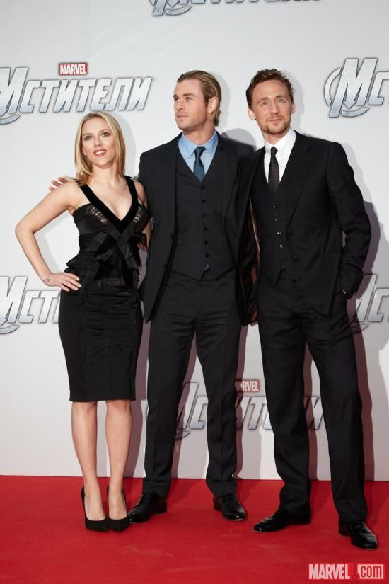 Scarlett Johansson Chris Hemsworth And Tom Hiddleston On The Red Carpet Of The Moscow Premiere Of Marvel S Th Chris Hemsworth Scarlett Johansson Marvel Actors