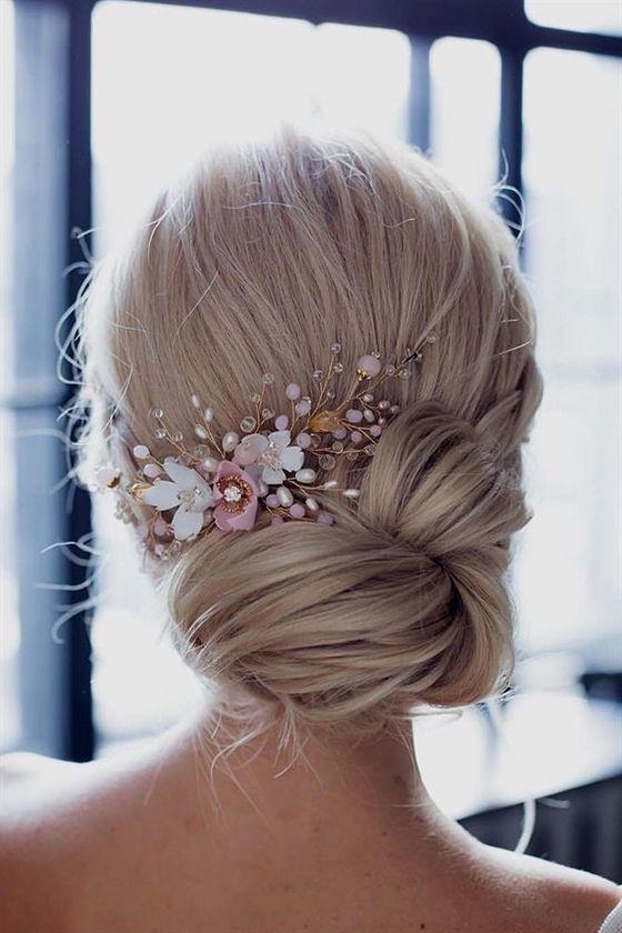 Photo of Brauthaarzusätze, um Frisur niedrige Hochsteckfrisur mit weißen und rosa Blüt…