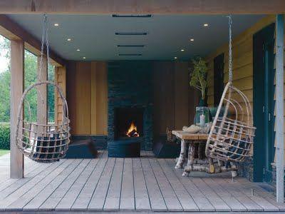 Veranda met openhaard en leuk die hangstoelen overkapping