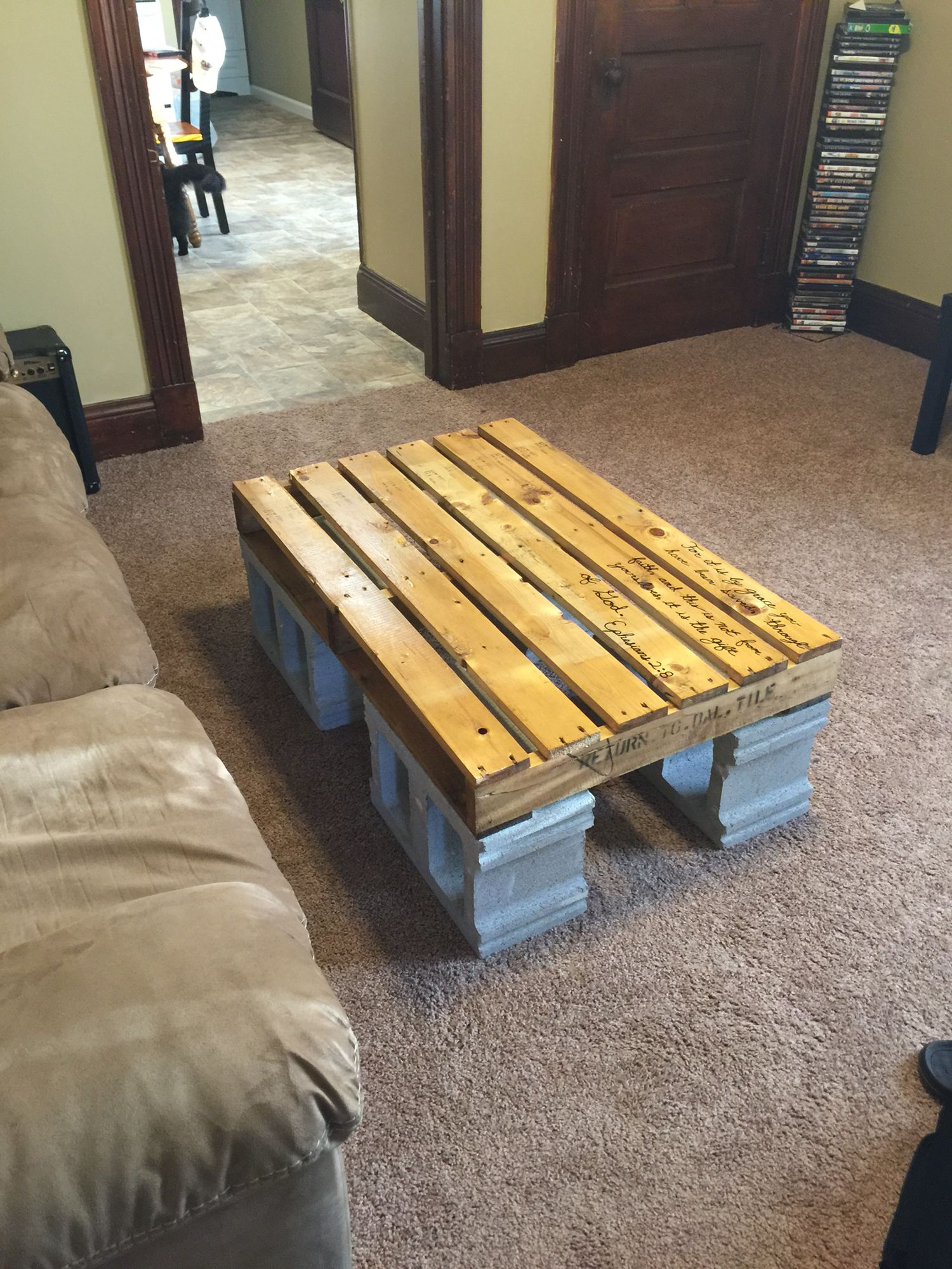 Diy patio furniture cinder blocks - Pallet And Cinder Block Coffee Table