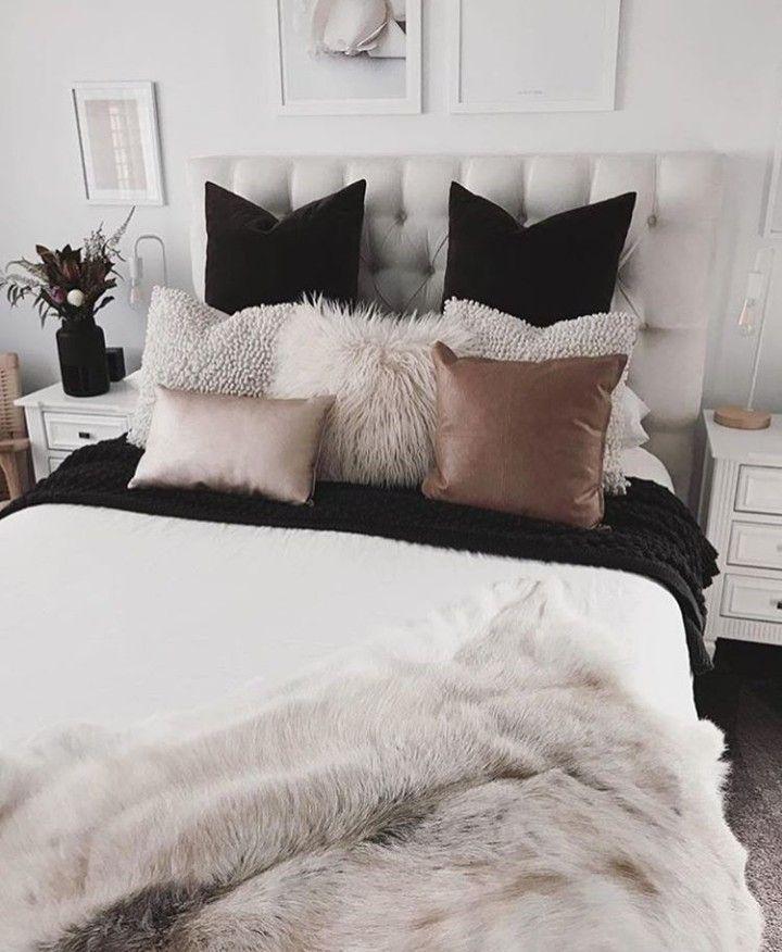 Photo of weißes #Schlafzimmer im norischen Stil. Mit flauschigen #Kissen und Fellen. Sch…