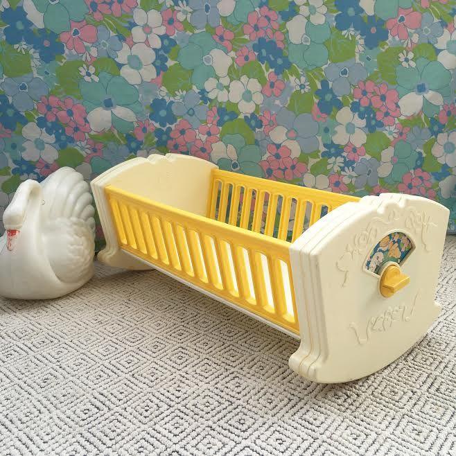 orangevertevintage lit de poup e berceau musical fisher price vintage. Black Bedroom Furniture Sets. Home Design Ideas