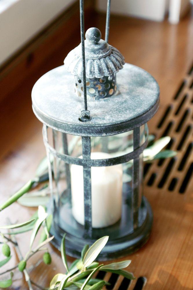 Bei dieser Hochzeit geht es mediterran zu: Eine Laterne dekoriert mit Olivenzweigen verbreitet eine warme Atmosphäre. Dekoration & Konzept von www.tischleinschmueckdich.de