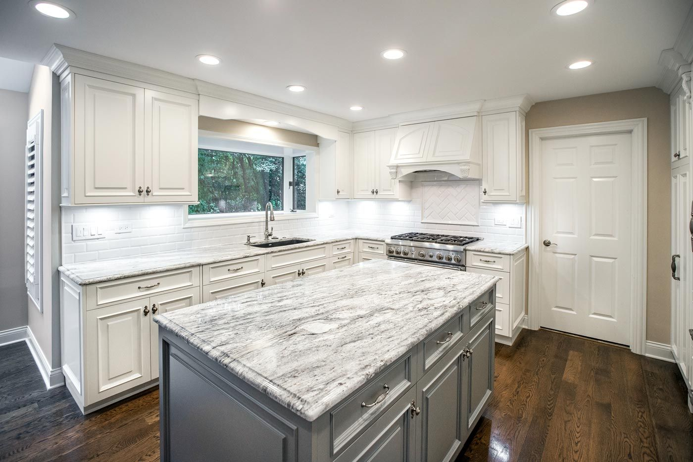 Kitchen And Bathroom Remodeling In Chicago Linly Designs Kitchen Bathroom Remodel Small Kitchen Layouts Kitchen Cabinets Decor