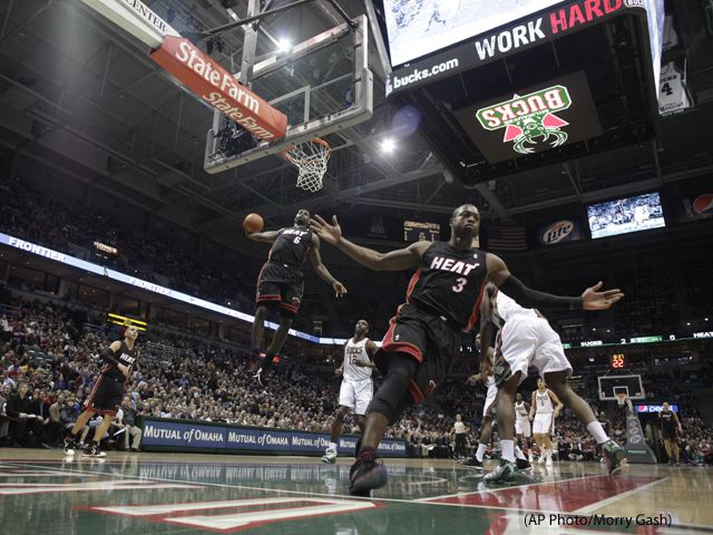 This Is A Badass Photo Lebron And Wade Michael Jordan Statue Lebron James Wallpapers