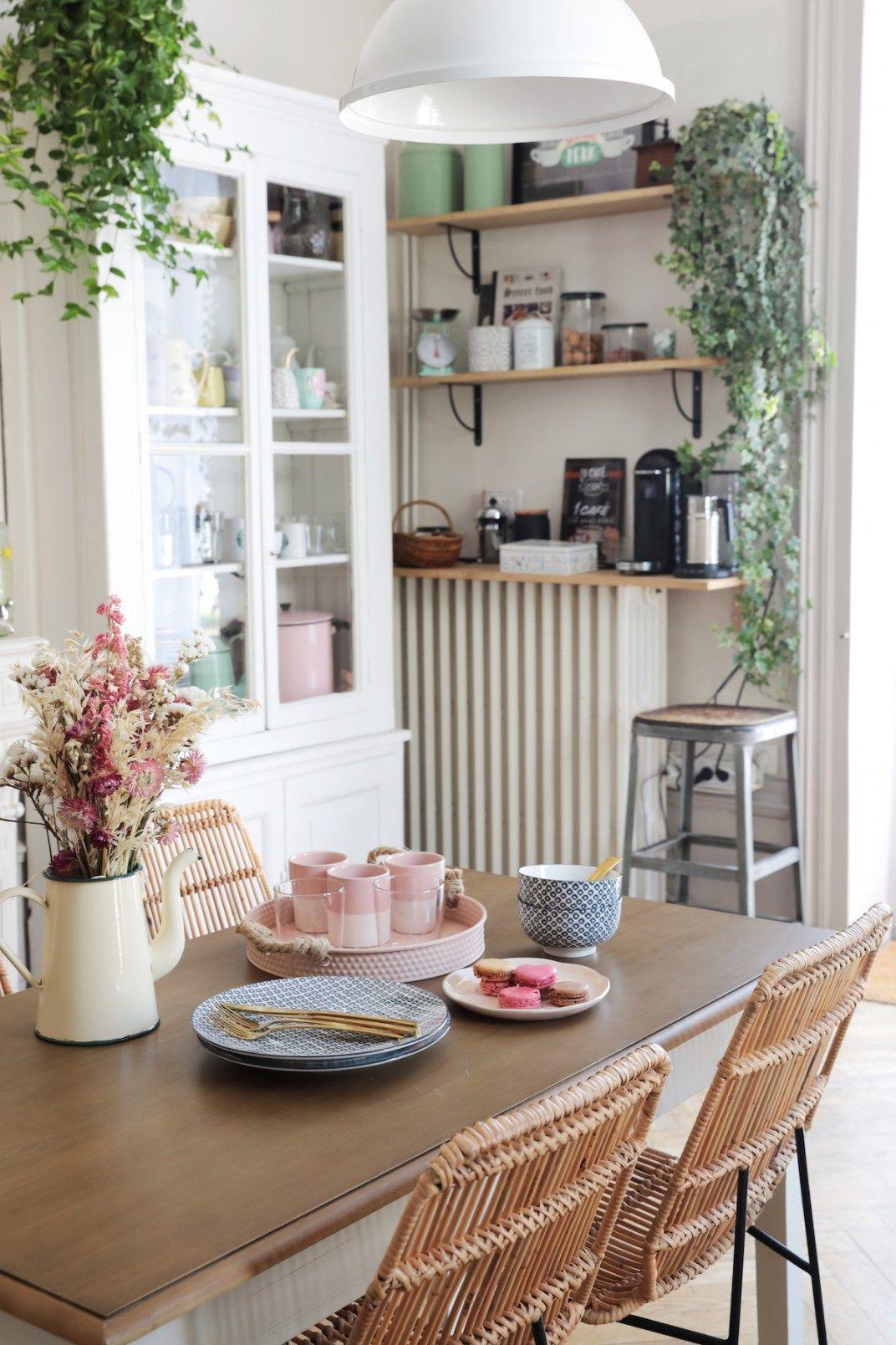 La Maison De Coralie Du Blog Elles En Parlent Qui A Cree Un Interieur Retro Et Delicat A Design De Cuisine De Luxe Interieur Moderne De Cuisine Cuisines Maison