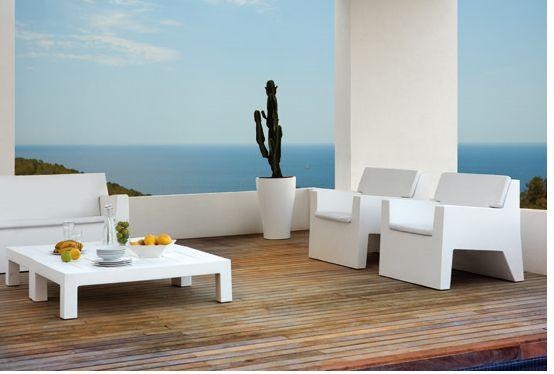 Terraza Con Muebles Blanco Minimalistas Y Suelo De Madera