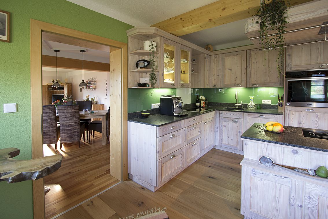 Landhausküche In Fichte Altholz, Weiß Gekalkt Mit Grüner Glasrückwand,  Grüner Wandfarbe. Planung Und
