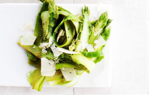 Parsa-pecorinosalaatti 1. Esivalmistele ja keitä parsat napakan kypsiksi. Jäähdytä nopeasti viileiksi jäävedessä. 2. Vuole parsat kuorimaveitsellä ohuiksi pitkiksi lastuiksi. Vuole juusto ohuiksi lastuiksi. 3. Sekoita parsanauhat, kuivalla pannulla paahdetut pinjansiemenet, oliiviöljy, sitruunamehu ja mausteet sekaisin. Ripottele salaatin pinnalle juustolastut.