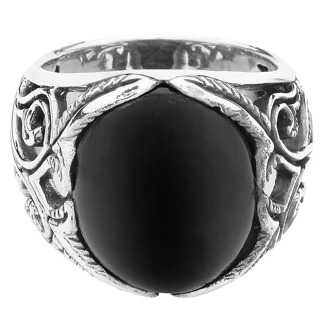 """Anello """"Big Black Ornament"""" con pietra nera (onice) incastonata e motivo decorativo tutto intorno. Materiale: acciaio inossidabile. Larghezza: 20 mm."""